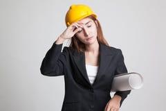 Donna asiatica provata dell'ingegnere con i modelli Fotografie Stock