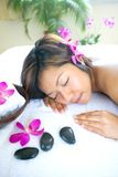 Donna asiatica restful in stazione termale Fotografie Stock Libere da Diritti