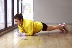 Donna asiatica seria che fa allenamento della plancia Immagini Stock