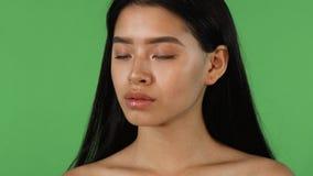 Donna asiatica sexy sbalorditiva con il piercing del labbro che guarda alla macchina fotografica stock footage
