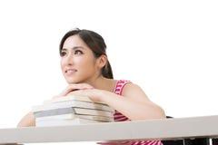 Donna asiatica sorridente con i libri Immagine Stock Libera da Diritti