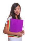 Donna asiatica sorridente con il suo lavoro di ufficio Fotografia Stock