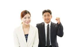 Donna asiatica sorridente di affari e dell'uomo d'affari Immagini Stock Libere da Diritti
