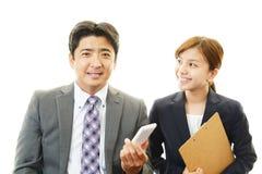 Donna asiatica sorridente di affari e dell'uomo d'affari Fotografia Stock