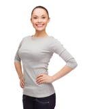 Donna asiatica sorridente sopra fondo bianco Fotografia Stock