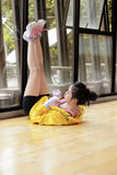 Donna asiatica sportiva che fa allungando tendine del ginocchio Immagine Stock Libera da Diritti