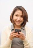 Donna asiatica sveglia con il cellulare fotografia stock libera da diritti