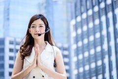 Donna asiatica tailandese di affari che fa ciao con stile tailandese w della cultura fotografia stock
