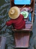 Donna asiatica in una barca Immagini Stock