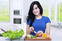 Donna asiatica vegetariana che cucina insalata Fotografia Stock