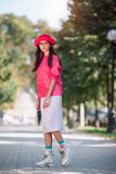 Donna asiatica in vestiti d'avanguardia di modo colourful fotografie stock libere da diritti