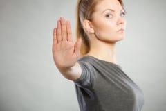 Donna assertiva che fa gesto di arresto Immagini Stock