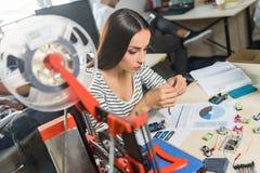 Donna astuta che costruisce tecnologia 3d Immagine Stock