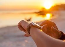 Donna astuta dell'orologio che usando il bottone e il touchscre commoventi dello smartwatch Fotografia Stock Libera da Diritti