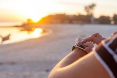 Donna astuta dell'orologio che usando il bottone e il touchscre commoventi dello smartwatch Immagini Stock Libere da Diritti