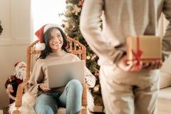 Donna astuta positiva che esamina il suo ragazzo fotografia stock libera da diritti