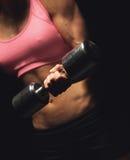 Donna atletica attiva con una testa di legno Immagini Stock Libere da Diritti