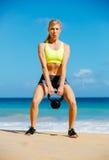 Donna atletica attraente che fa allenamento di Bell del bollitore Immagini Stock Libere da Diritti
