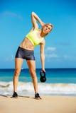 Donna atletica attraente che fa allenamento di Bell del bollitore Immagine Stock Libera da Diritti