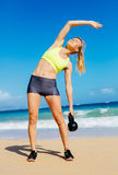 Donna atletica attraente che fa allenamento di Bell del bollitore Immagine Stock