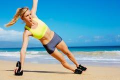 Donna atletica attraente che fa allenamento di Bell del bollitore Fotografia Stock Libera da Diritti