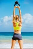 Donna atletica attraente che fa allenamento di Bell del bollitore Fotografie Stock
