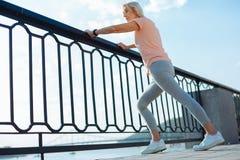 Donna atletica che fa allungamento sul ponte Fotografia Stock Libera da Diritti