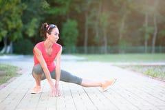 Donna atletica che fa allungando esercizio in natura Vita sana Fotografia Stock Libera da Diritti