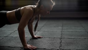 Donna atletica che fa spinta-UPS sulla fine del pavimento su al rallentatore nella palestra stock footage