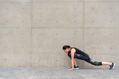 Donna atletica che si scalda prima dell'allenamento di mattina Fotografia Stock Libera da Diritti