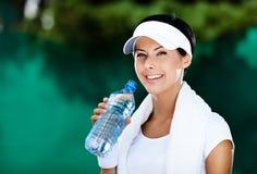 Donna atletica con la bottiglia di acqua Immagini Stock Libere da Diritti