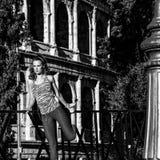 Donna attiva alla moda in abiti sportivi a allungamento di Roma, Italia Fotografie Stock Libere da Diritti