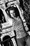 Donna attiva alla moda vicino a Colosseum a allungamento di Roma, Italia Fotografia Stock