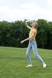 Donna attiva che gioca il gioco in parco, concetto di volano di estate Fotografia Stock Libera da Diritti