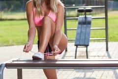 Donna attiva che lega le sue scarpe Fotografia Stock Libera da Diritti