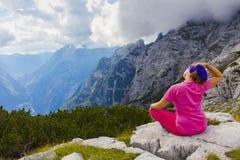 Donna attiva che si esercita nella natura sopra la bella valle fotografia stock