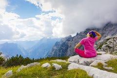 Donna attiva che si esercita nella natura sopra la bella valle immagine stock