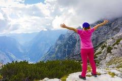 Donna attiva che si esercita nella natura sopra la bella valle fotografie stock