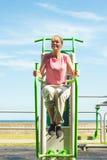 Donna attiva che si esercita sull'aumento della gamba all'aperto Fotografia Stock Libera da Diritti