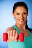 Donna attiva con l'allenamento delle teste di legno nella palestra di forma fisica sopra il BAC blu Immagini Stock Libere da Diritti
