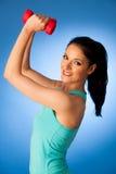 Donna attiva con l'allenamento delle teste di legno nella palestra di forma fisica sopra il BAC blu Fotografia Stock Libera da Diritti
