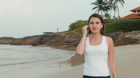 Donna attiva di stile di vita che guarda l'orologio astuto dello smartwatch di tecnologia Macro fine del primo piano sul touch sc video d archivio