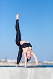 Donna attraente in abiti sportivi che fanno ponte relativo alla ginnastica Fotografie Stock Libere da Diritti