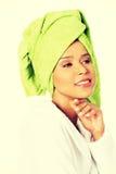 Donna attraente in accappatoio e turbante sulla testa Immagine Stock Libera da Diritti