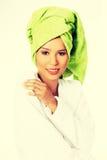 Donna attraente in accappatoio e turbante sulla testa Immagini Stock Libere da Diritti