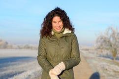Donna attraente all'aperto su una mattina di inverno Fotografie Stock