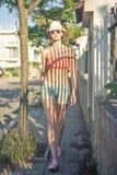 Donna attraente alla moda che cammina sull'alcuno stre europeo del sud immagine stock libera da diritti