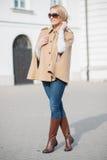 Donna attraente alla moda elegante Fotografia Stock