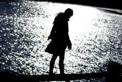 Donna attraente alla siluetta del lago fotografia stock
