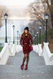 Donna attraente alle scale Immagini Stock Libere da Diritti